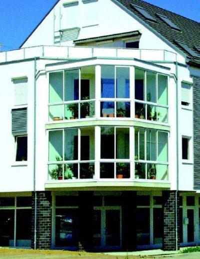 Moderne Fassadenverglasung an Mehrfamilienhaus