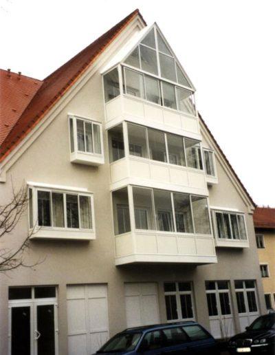Einfache Fassadenverglasung an Mehrfamilienhaus