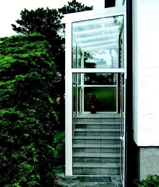Überdachung des Eingangs gefertigt von der Spröba Insektenschutz und Alutechnik GmbH
